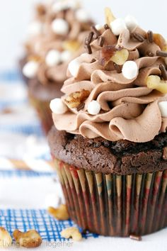 Inspired by the famous Ice Cream, these Rocky Road Cupcakes are loaded with chocolate, walnuts, and marshmallows! Cupcake Flavors, Cupcake Recipes, Baking Recipes, Cupcake Ideas, Baking Cupcakes, Yummy Cupcakes, Cupcake Cakes, Almond Cupcakes, Just Desserts