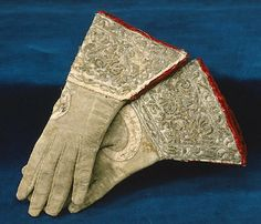 BRIEF DESCRIPTION  Mr. glove of white leather.  NAME  Owner :Gustav II Adolf of Sweden  DATING  about 1620  OTHER KEYWORDS  men's glove  COLLECTION OF THE  Royal Armoury  INVENTORY NUMBER  19708 (3346: b)