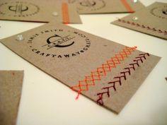 Une carte de visite avec une perle, du fil et du papier craft…