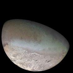 Tritón es uno de los satélites más grandes de Neptuno. Además, es el más grande que tiene una órbita retrógrada en todo el Sistema Solar... Por desgracia, tiene los días contados... #astronomia #ciencia
