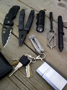 www.dailycarry.co edc, daily carry, pocket dump, knives, wallets, keychain, lighter, minimal, pocket knife, multi-tool, flashlight, watches, tactical pen, watches, notebook, field notes, fenix, spyderco, zebralight