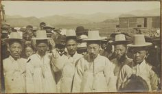 [Group of Korean scholars] ca 1905. Possibly from same scene of people waiting on gate walls for Min Yeong-Hwan funeral. Collection: Willard Dickerman Straight and Early U.S.-Korea Diplomatic Relations, Cornell University Library [enhanced from original]