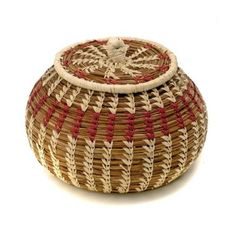 Round Pine Needle Basket with Lid Pine Needle Crafts, Traditional Baskets, Indian Baskets, Pine Needle Baskets, Basket Crafts, Art N Craft, Pine Needles, Weaving Art, Cute Crafts