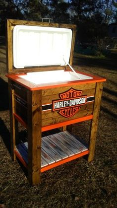 Harley Davidson Kühler - Projects to try - Auto Wood Cooler, Patio Cooler, Diy Cooler, Outdoor Cooler, Pallet Cooler, Harley Davidson Photos, Harley Davidson Logo, Cooler Stand, Cooler Box