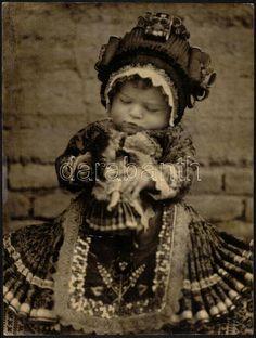 Mezőkövesdi kislány 1926 körül. Fotó: Kerny István Family Roots, All Family, Hungarian Girls, Love Run, Hungarian Embroidery, Austro Hungarian, Folk Dance, Strange History, Folk Costume
