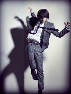 画像|躍動感のあるカットも公開(C)L'UOMOVOGUE/January2015IssuePhotographer:HIROHISANAKANOStylist:TAKAFUMIKAWASAKI@MILDHair&Make-up:MASAKAMEDA 2枚目