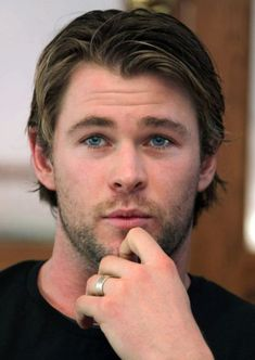 Try Latest Thor Haircut with New Designes, Make yourself Modern, Get Something New. Check bunch of Chris Hemsworth haircut 2019 Pics with tips & tutorials. Chris Hemsworth Thor, Hairstyles Haircuts, Haircuts For Men, Young Mens Hairstyles, Mens Medium Length Hairstyles, Haircut Medium, Medium Hair Cuts, Medium Hair Styles, Hemsworth Brothers