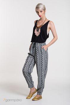 Calça estampada em tecido leve com elástico na cintura e na barra.