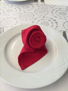 Pliage de serviettes en rose