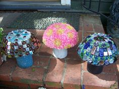 Garden ideas: Pretty DIY mosaic projects for the garden! Check out this and my other garden mosaic ideas! These mosaic projects will add style and class to your backyard! Mosaic Crafts, Mosaic Projects, Mosaic Art, Mosaic Ideas, Easy Mosaic, Mosaic Patterns, Garden Crafts, Garden Projects, Diy Projects