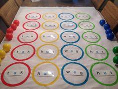 Lingo-twister: de leerlingen kennen ongetwijfeld het spelletje 'twister'. Deze versie kan je wekelijks in je hoekenwerk integreren met de nieuwe woorden die ze aanleren. 1 leerling grabbelt in de ton naar een balletje en leest wat er opstaat. De andere leerlingen voeren uit. Verder tellen de spelregels van Twister. Er is ook een roze wisselbal in het spel, dan mag een andere leerling grabbelen en starten we opnieuw. Veel plezier!!