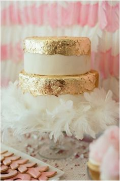 Pink and Gold for a golden birthday: gold foil cake with feather boa // dip dyed feather backdrop // Gold Foil Cake, Gold Leaf Cakes, Gold Cake, Metallic Cake, Pretty Cakes, Beautiful Cakes, Reese Witherspoon Birthday, Lingerie Rosa, Summer Parties