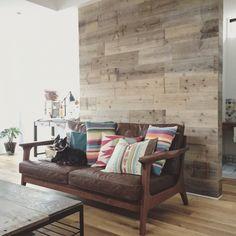 picnikawillさんの、アクセントウォール,足場板,板壁,アクセント壁,DIY,WOODPRO,ボストンテリアのいる暮らし,ボストンテリア,ソファ,WTW,リビング,のお部屋写真