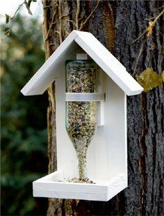 Vogelhaus selber machen Holz leere Glasflasche Wooden Bird Feeders, Diy Bird Feeder, Garden Projects, Wood Projects, Garden Ideas, Homemade Garden Decorations, Bois Diy, Bird Houses Diy, Creative Inspiration