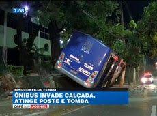Galdino Saquarema Noticia: Ônibus invade calçada bate em poste e tomba em SP