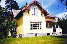 Sørfasade 1994 Garage Doors, Villa, Cabin, Mansions, House Styles, Outdoor Decor, Home Decor, Mansion Houses, Room Decor