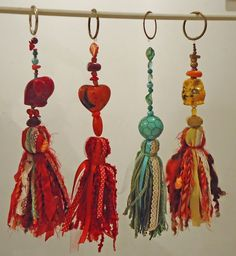 como hacer borlas - Buscar con Google Diy Tassel, Tassels, Cultural Crafts, Tassel Curtains, Packing Jewelry, Ribbon Yarn, Scrap Material, Arts And Crafts, Diy Crafts