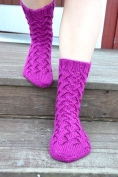 Chart on page. Cable Knit Socks, Crochet Socks, Knit Or Crochet, Knitting Socks, Baby Knitting, Knitting Patterns, Crochet Patterns, Knit Baby Dress, Cozy Socks