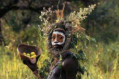 """folha do bicho--As crianças dos Surma e Mursi (tribos do sul da Etiópia) vestiram suas mais belas """"roupas"""", e fizeram as mais criativas """"maquiagens"""" para serem fotografados por Hans Silvéster, um fotógrafo alemão que com muito talento registrou imagens que impressionam pela beleza."""