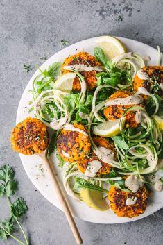 Vegane Möhrenbratlinge mit Tahini-Zucchinisalat Zucchini carrot patties Salad with tahini and lemon dressing Mushroom Recipes, Veggie Recipes, Salad Recipes, Vegetarian Recipes, Dinner Recipes, Healthy Recipes, Cheap Recipes, Lentil Recipes, Fun Recipes