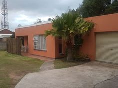 Triple S Cottage - Triple S Cottage is a lovely wheelchair-friendly, self-catering unit located in Beacon Bay, East London; it is perfect for leisure or business travellers.The cottage features two bedrooms, the first of .