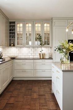 White kitchen and wood: 25 Deco ideas for S 'Inspire - Kitchen Decor White Kitchen Cabinets, Kitchen Cabinet Design, Interior Design Kitchen, Kitchen Designs, Kitchen Countertops, Glass Kitchen Cabinet Doors, Soapstone Kitchen, Kitchen White, Kitchen Backsplash