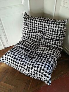 Fauteuil Togo recouvert d un tissu pied de poule . http://www.atelier-pichoux-decoration.fr