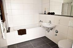 Ob Duschen oder Baden - im Badezimmer ist beides möglich Bathtub, Mary, Bathroom, Showers, New Construction, Bathing, Homes, Standing Bath, Washroom