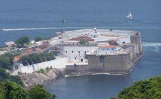 O passeio pelo Forte de Santa Cruz, guiado pelos militares, passa pelas baterias de canhões e pelo pátio central, onde ficam a cisterna e as antigas celas