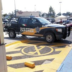 Una patrulla de la policía de Zapopan se estaciona tapando la entrada a un lugar que claramente indica no estacionarse afuera de un centro comercial. Foto de reportero ciudadano anónimo.