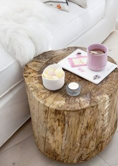Cool idea for a DIY bedside table - Diy Living Room Home Bedroom, Bedroom Decor, Bedrooms, Tree Stump Table, Log Table, Tree Table, Wood Stump Side Table, Diy Casa, Deco Design