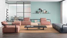 Stěžejním prvkem obývacího pokoje je nábytek sloužící k sezení. Pohovka či křesla nesmí být umístěna tak, aby se na nich sedělo zády ke dveřím. Když pracujeme s místy k sezení, je ideální vytvořit jimi úhel 90 stupňů. Je to nejvhodnější konstelace pro citlivé rozhovory. Na fotce vidíte krásné pastelové sedací soupravy značky DEDON.