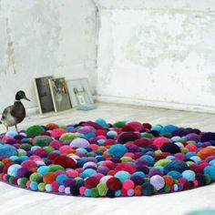 tapis pour chambre d'enfant en pompons de toutes les couleurs