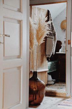 Bilderesultat for vinballong og pampas Country Interior Design, Interior Design Themes, Rustic Design, Rustic Style, Country Decor, Farmhouse Decor, Rocking Chair Porch, Small Fireplace, Interior Plants