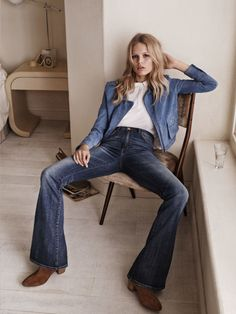 After announcing her as the face of its spring 2015 campaign last year, Spanish fashion brand Mango has unveiled the advertisements with German model Anna Ewers. Anna Ewers, Double Denim, 70s Fashion, Denim Fashion, Look Fashion, Blue Suede Jacket, Cooler Stil, Estilo Cool, 70s Mode
