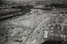 De bouw van het Centraal Station op 7 april 1955. Het in 2008 gesloopte station was een veel geprezen ontwerp van Sybold van Ravesteyn. De gevel mocht door bouwvoorschriften niet hoger worden dan 14 meter. Volgens van Ravesteyn te laag voor een representatieve entree van de stad. Hij kreeg niet zijn zin, maar helaas wel gelijk.