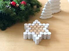 Make a trivet with cork stoppers Diy Christmas Gifts For Family, Christmas Projects, Holiday Crafts, Christmas Decorations, Wine Cork Art, Wine Cork Crafts, Wine Corks, Wine Cork Projects, Cork Ornaments