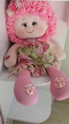 Lucre com as mais lindas bonecas de pano personalizadas - com molde Doll Crafts, Diy Doll, Felt Ornaments Patterns, Doll Carrier, How To Make Toys, New Dolls, Sewing Toys, Soft Dolls, Stuffed Toys Patterns