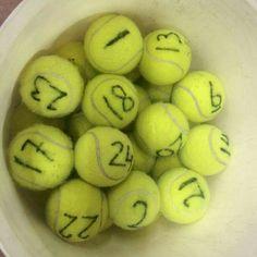 Iedere leerling krijgt een tennisbal met een uniek nummer. Laat de tennisballen door de zaal gooien. De leerlingen gaan dan op zoek naar hun eigen nummer. Hebben ze het nummer gevonden, dan roepen ze 'BINGO'. Ballen met een ander nummer mogen ze weggooien.
