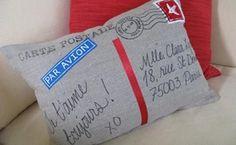 Crea un almohadón que simule una postal:  http://www.lasmanualidades.com/2010/08/04/un-almohadon-realmente-diferente