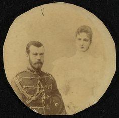 Tsar Nicholas II (Nicolau II), Imperador da Russia e Empress Alexandra Feodorovna, (imperatriz) da Russia. Nicolau II está à esquerda, vestindo uniforme militar e segurando um chapéu debaixo do braço esquerdo. Alexandra Feodorovna está à direita usando um vestido claro. A fotografia foi cortada num círculo. Cerca de 1894.