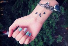 Słodki tatuaż na nadgarstku