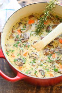 Crème de poulet et de champignons...la meilleure Ingrédients 1 c. à soupe d'huile d'olive 8 onces de cuisses de poulet désossées cuites Sel & poivre 2 cuillères à soupe de beurre non salé 3 gousses d'ail, hachées 8 onces de champignons cremini 1 oignon, coupé en dés 3 carottes, pelées et coupées en dés 2 branches de céleri, en dés 1/2 c. à thé de thym 1/4 tasse de farine tout usage 4 tasses de bouillon de poulet 1 feuille de Laurier 1/2 tasse de crème 10 % 2 c. à soupe de feuilles d