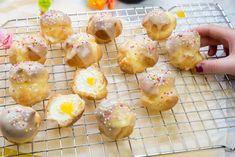 Slagroomsoesjes met lemoncurd - Klik op de foto voor het recept - #recept #keukenliefde Choux Pastry, Sweet Bakery, Dessert Drinks, Eclairs, No Bake Desserts, High Tea, Doughnut, A Food, Dinnerware