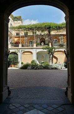 Courtyard in via Bocca di Leone.