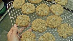 Complainer Oatmeal Cookies contain an even amount of oats and flour.