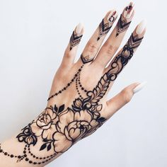 New peony design Tender brunch with leaves inspired by gorgeous @mehndikajoeyhenna #henna #heena #hennaart #hennadesign #mehendi #mehndi #temporarytattoo #ink #tattoo (at Ботанический сад имени А. В. Фомина)