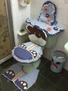 juegos de baño hechos en tela de algodon Bathroom Crafts, Bathroom Sets, Cushion Inspiration, Toilet Mat, Sewing Projects, Projects To Try, Antique Quilts, Seat Covers, Diy Storage