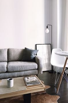 Having trouble decorating a small living room? With these small living room design ideas, we'll help you get the most out of your space. Interior Design Pictures, Interior Desing, Interior Decorating, Decorating Ideas, Small Living Rooms, Living Room Designs, Modern Living, Clean Living, Modern Sofa