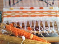 "Telaradas: Tutorial para tejer ""nido de abeja"" Weaving Art, Tapestry Weaving, Loom Weaving, Hand Weaving, Rug Hooking, Fiber Art, Knit Crochet, Diy Projects, Textiles"